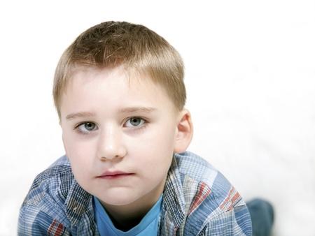 ojos tristes: niño triste aisladas sobre fondo blanco