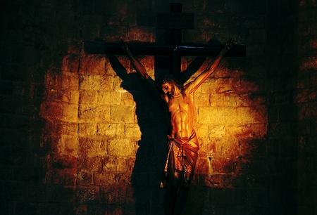 crucified: Escultura de Jes�s crucificado