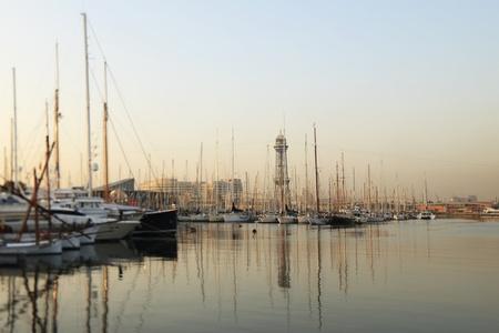 literas: Múltiples yates amarrados en el Port Vell, Barcelona Editorial