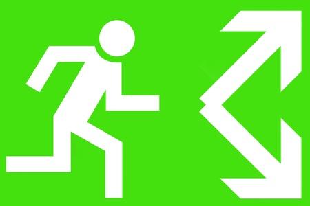 salida de emergencia: Señalización de emergencia que muestra a un hombre corriendo y las flechas sobre un fondo verde Foto de archivo