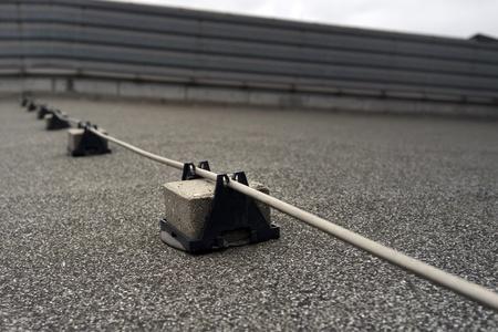 mounted: Bliksemafleider stang gemonteerd op zwarten en gebruikt om de elektrische stroom van een blikseminslag af te leiden van een structuur