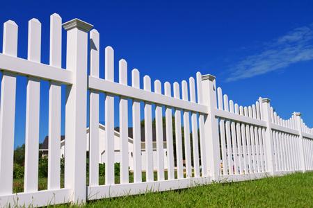 裏庭を囲む新しい白いビニールフェンス。 写真素材