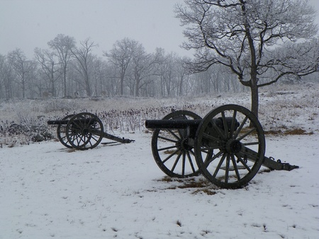cannons at gettysburg battlefields in the snow