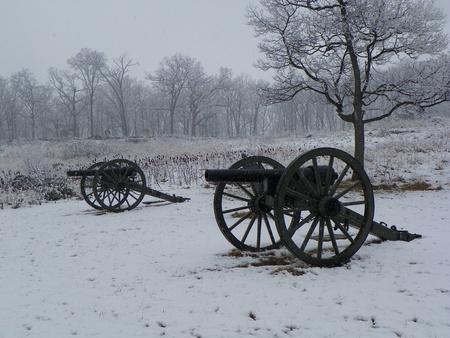 gettysburg: cannons at gettysburg battlefields in the snow