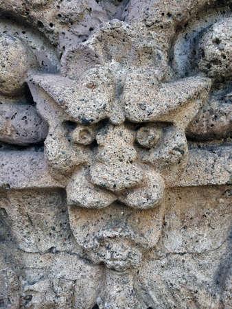 gargouille: Pierre Gargouille sur un vieux centre-ville Stone Building Banque d'images