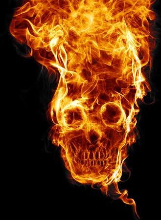 calavera: cr�neo de fuego. De fuego formada cr�neo muerto, como un s�mbolo de los peligros. Aislado en un fondo negro Foto de archivo