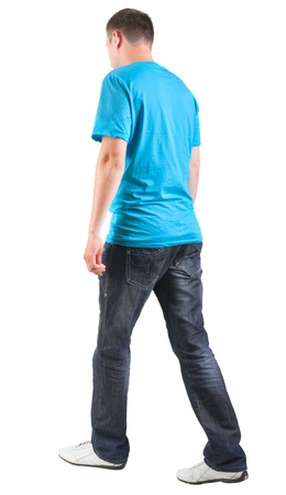 caminando: Vista posterior de caminar del hombre guapo en camiseta. vamos hombre joven en pantalones vaqueros de visi�n trasera colecci�n de la gente. trasero vista de la persona. Aislado sobre fondo blanco. Foto de archivo