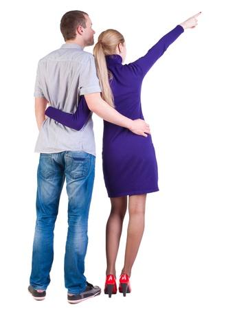 side pose: pareja joven se�alando vista Volver wal (mujer y hombre). tipo de la camisa de los pantalones vaqueros y una ni�a de vestido azul mirando a la distancia. Vista posterior recogida de las personas. trasero vista de la persona. Aislado sobre fondo blanco.