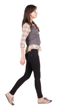 Vue arrière de la marche femme. allez fille brune en mouvement. Vue arrière gens collection. vue arrière de sa personne. Isolé sur fond blanc.