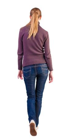 espalda: Vista posterior de caminar mujer en jersey. Beauty graciosamente se dispar�. hermosa chica rubia en movimiento. vista trasera de su persona. Vista posterior recogida de las personas. Aislado sobre fondo blanco.