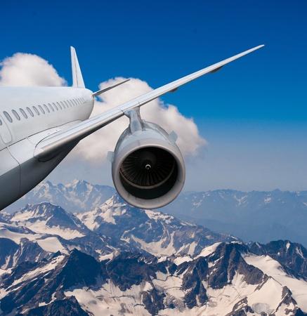 jet ski: avi�n que volaba sobre las monta�as cubiertas de nieve avi�n volando hacia abajo contra el cielo de aterrizaje o un accidente de avi�n,