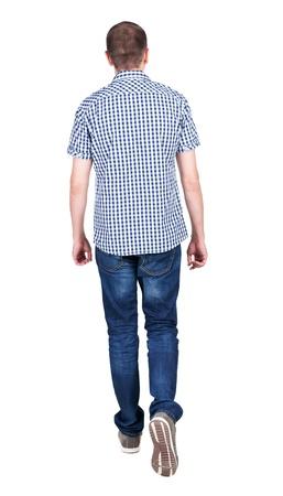 Achteraanzicht van het gaan knappe man in een spijkerbroek en een shirt. lopen jonge man. Achteraanzicht mensen collectie. achterzijde uitzicht van zijn persoon. Geïsoleerd op witte achtergrond.