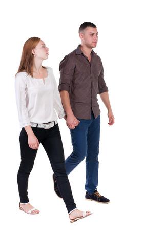 Vista posterior de ir pareja en jeans. caminar chica amable y hombre de la mano. Vista posterior recogida de las personas. trasero vista de la persona. Aislado sobre fondo blanco.