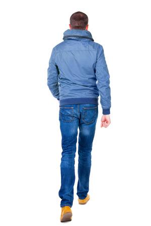 Achteraanzicht van gaan knappe man in jeans en jas. lopen jonge man. Achteraanzicht mensen collectie. achtereind uitzicht van zijn persoon. Geïsoleerde over witte achtergrond. Stockfoto