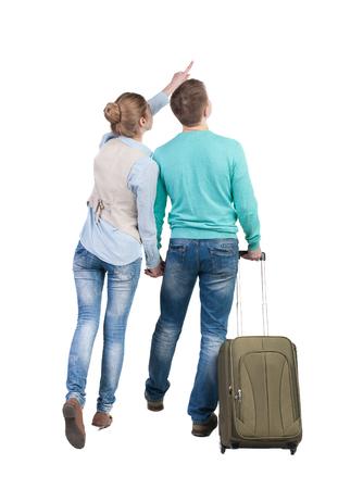 maleta: Vista posterior de se�alar pares con la maleta verde mirando hacia arriba. Vista posterior recogida de las personas. trasero vista de la persona. Aislado sobre fondo blanco.