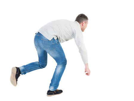 hombre cayendo: Equilibrio joven o esquivar la caída del hombre. Vista posterior recogida de las personas. backside vista de la persona. Aislado sobre fondo blanco. El hombre sopla el viento. Hombre corriente tropezó, tratando de no caer.