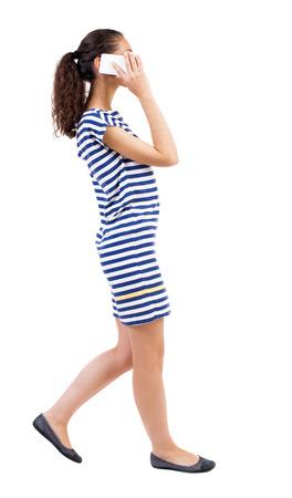 american sexy: вид сбоку женщина, ходить с мобильного телефона. красивая девушка фигурные в движении. вид сзади человека. Вид сзади люди коллекции. Изолированные на белом фоне. Афро-американские женщины в полосатом платье на ходу с энтузиазмом говорить о