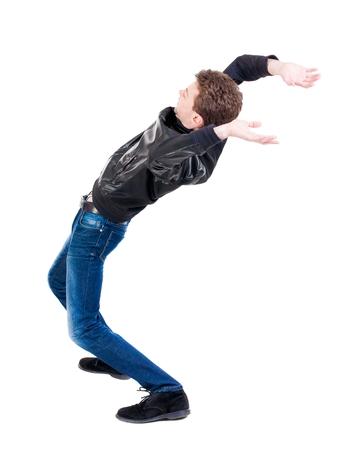 hombre cayendo: Equilibrio joven o esquivar la caída del hombre. Vista posterior recogida de las personas. backside vista de la persona. Aislado sobre fondo blanco. El hombre sopla el viento.