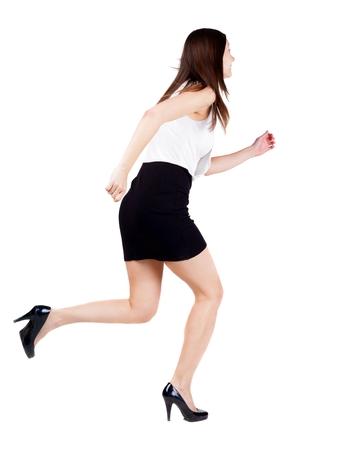 gente adulta: vista posterior de funcionamiento de la mujer en el vestir. hermosa niña morena en movimiento. trasero vista de la persona. Vista posterior recogida de las personas. Aislado sobre fondo blanco.