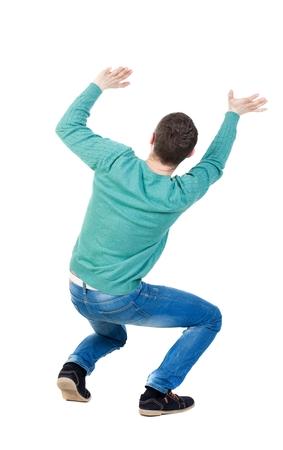 proteccion: vista trasera. El hombre protege a las manos de lo que está cayendo desde arriba. Hombre que sostiene una carga pesada posterior recogida de las personas. trasero vista de la persona. Aislado sobre fondo blanco. El tipo es en cuatro patas y mantiene el peso en sí mismo.