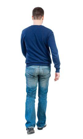 despacio: Vista posterior de ir el hombre guapo. caminando joven. Vista posterior recogida de las personas. trasero vista de la persona. Aislado sobre fondo blanco. hombre de la barba en el suéter azul se mueve lentamente hacia adelante.