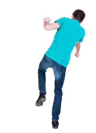 hombre cayendo: Equilibrio joven. o esquivar el hombre que cae. Hombre rizado en una chaqueta de color turquesa cae hacia un lado.