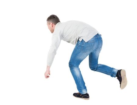hombre cayendo: Equilibrio joven o esquivar la caída del hombre. Vista posterior recogida de las personas. trasero vista de la persona. Aislado sobre fondo blanco. El hombre sopla el viento. hombre corriendo tropezó, tratando de no caer.