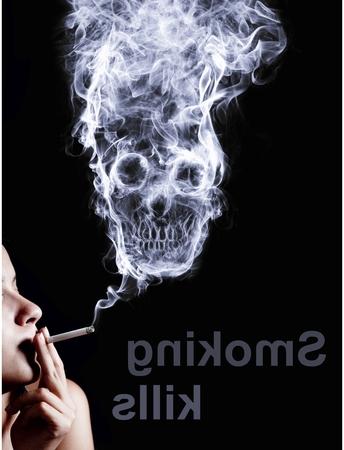 """Frau raucht eine Zigarette. Von Rauch gebildet Schädel tot, als Symbol für die Gefahren des für die Gesundheit und bevorstehenden Tod von Menschen rauchen. Das Konzept """"Rauchen tötet"""". Isoliert auf schwarzem Hintergrund"""