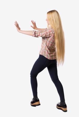 여자의 후면 벽을 못 살게 굴지. 흰색 배경 위에 격리. 후면보기 사람들 모음. 사람의 뒷면보기. 그의 옆에 그의 손을 밀어 매우 긴 머리를 가진 여자. 스톡 콘텐츠 - 96017088