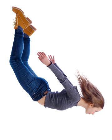 Vista lateral de la mujer en gravedad cero o caída. la niña está volando, cayendo o flotando en el aire. Colección de personas de vista lateral. vista lateral de la persona. Aislado sobre fondo blanco. La chica de jeans cae en caída libre.