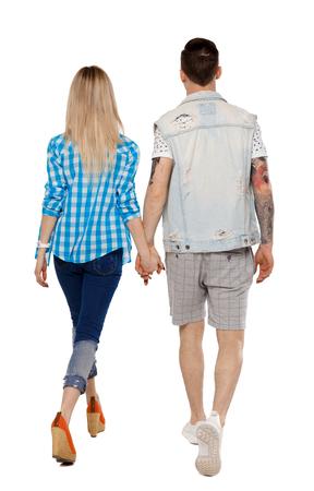 Rückansicht des gehenden Paares. zu Fuß freundliches Mädchen und Kerl, die Händchen halten. Rückansicht-Menschensammlung. Rückansicht der Person. Getrennt über weißem Hintergrund. Der Typ und das Mädchen gehen Hand in Hand. Standard-Bild