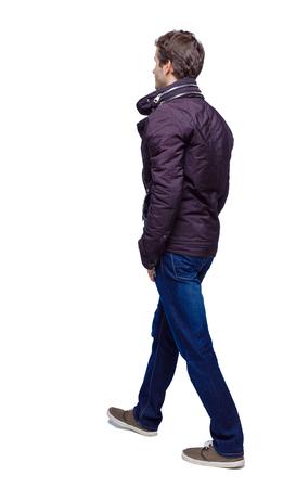 Seitenansicht eines gutaussehenden Mannes in Jeans und Jacke. gehender junger Mann. Rückansicht Menschen Sammlung. Rückansicht der Person. Getrennt über weißem Hintergrund. Eingefrorener Mann entfernt sich.