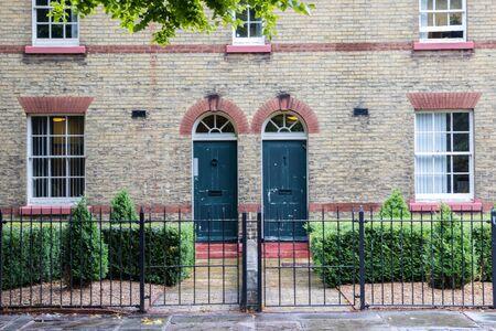 the exterior of victorian terraced houses Redactioneel