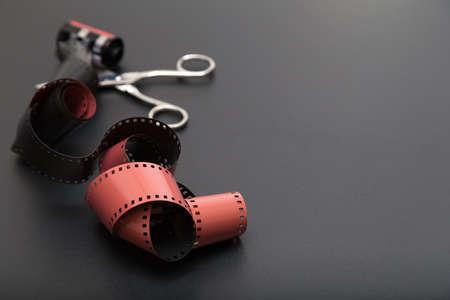 umschwung: Umkehrfilm vs negativ und Schere, grundlegendes Werkzeug f�r Schneiden Sie den Film aus dem Beh�lter Rolle. Kopieren Sie Platz auf der rechten