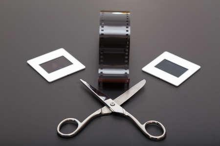 umschwung: Umkehrfilm, Schere und Diapositive (Dias Film). Alte Erinnerungen an die analoge Fotografie Lizenzfreie Bilder