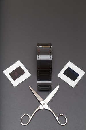 umschwung: Umkehrfilm, Schere und Diapositive (Dias Film). Alte Erinnerungen an die analoge Fotografie. Kopieren Sie Platz an der Spitze Lizenzfreie Bilder