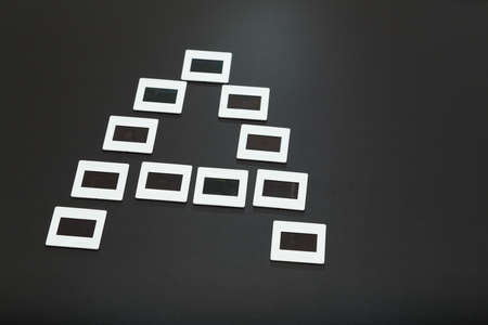 """umschwung: Der Buchstabe """"A"""" durch ausgerichtete Diapositive (Dias Film) �ber einem dunkelgrauen Hintergrund gebildet Lizenzfreie Bilder"""