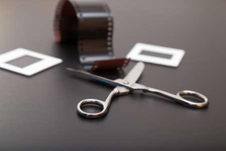 umschwung: Umkehrfilm, Schere und Diapositive gleitet Film Alte Erinnerungen der analogen Fotografie Lizenzfreie Bilder