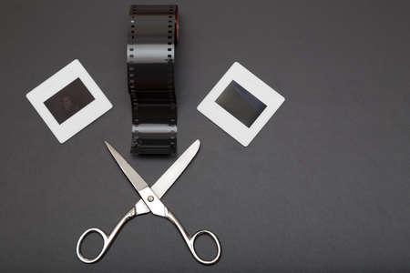 umschwung: Umkehrfilm, Schere und Diapositive (Dias Film). Alte Erinnerungen an die analoge Fotografie. Kopieren Sie Platz auf der rechten