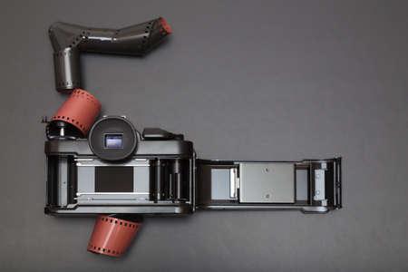 umschwung: 35mm analoge Spiegelreflexkamera liegend auf seinem Rollfilm mit Kopie Raum