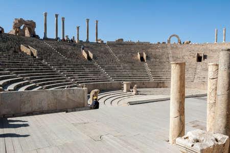 Site archéologique de Leptis Magna, Libye - 30/10/2006 : Touristes au théâtre antique dans l'ancienne ville romaine de Leptis Magna.