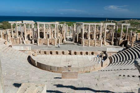 Sito archeologico di Leptis Magna, Libia - 30/10/2006: Turisti al teatro antico dell'antica città romana di Leptis Magna.