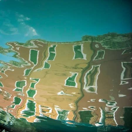 Le caratteristiche case colorate di Burano (Venezia) riflesse sull'acqua di un canale