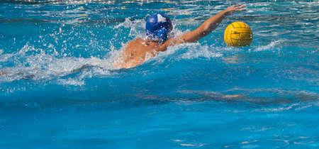 waterpolo: disparar a jugador de waterpolo Foto de archivo