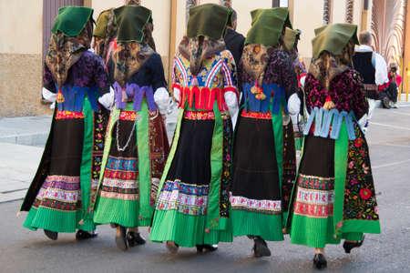 wedding parade: SELARGIUS, ITALIA - SETTEMBRE 9: Antico sposalizio selargino 2012 - Gruppo folk pro-loco Samugheo