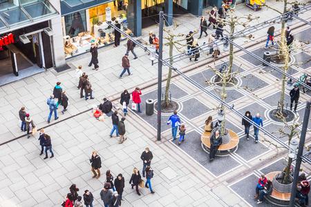 cenital: La gente caminaba por la calle Zeil en Frankfurt, Alemania Editorial