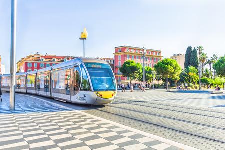 歩いて、マセナ広場、ニース、フランスの観光客