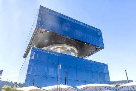 Vista de la escultura de la cabeza cuadrada en la zona del centro comercial de Cagnes sur Mer Foto de archivo