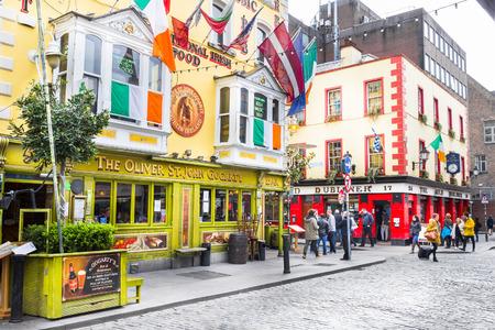 テンプル ・ バー地区、ダブリン、アイルランドの歩く観光客 報道画像