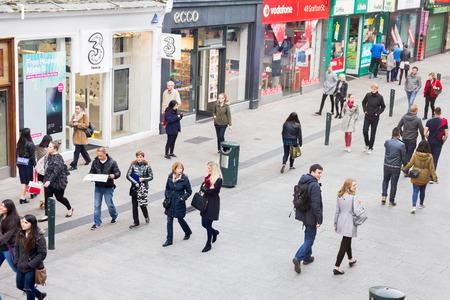 Mensen lopen op de Grafton Street, Dulin, Ierland Redactioneel